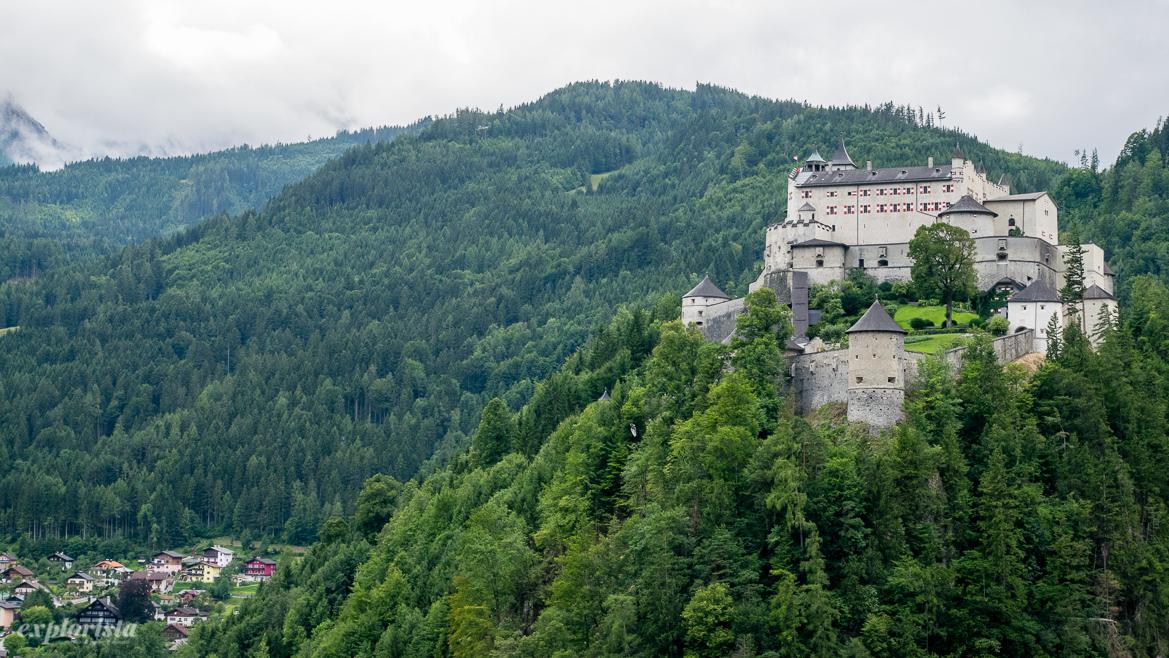 slott på berg mitt i skogen