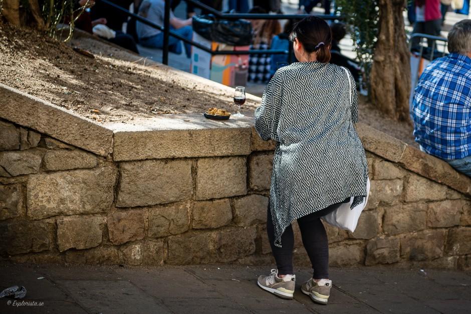 tjej fotograferar mat