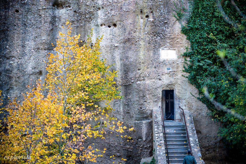 ingång till kloster i bergsvägg