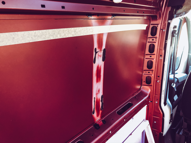 Knacka bort stöttor för montering av sidofönster i campervan