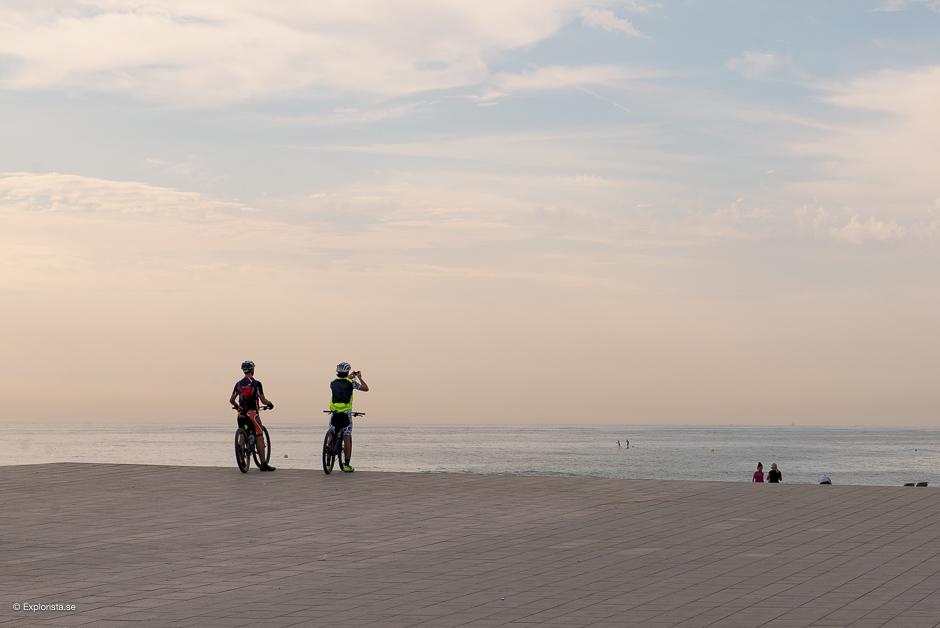 mountainbikekillar och strand