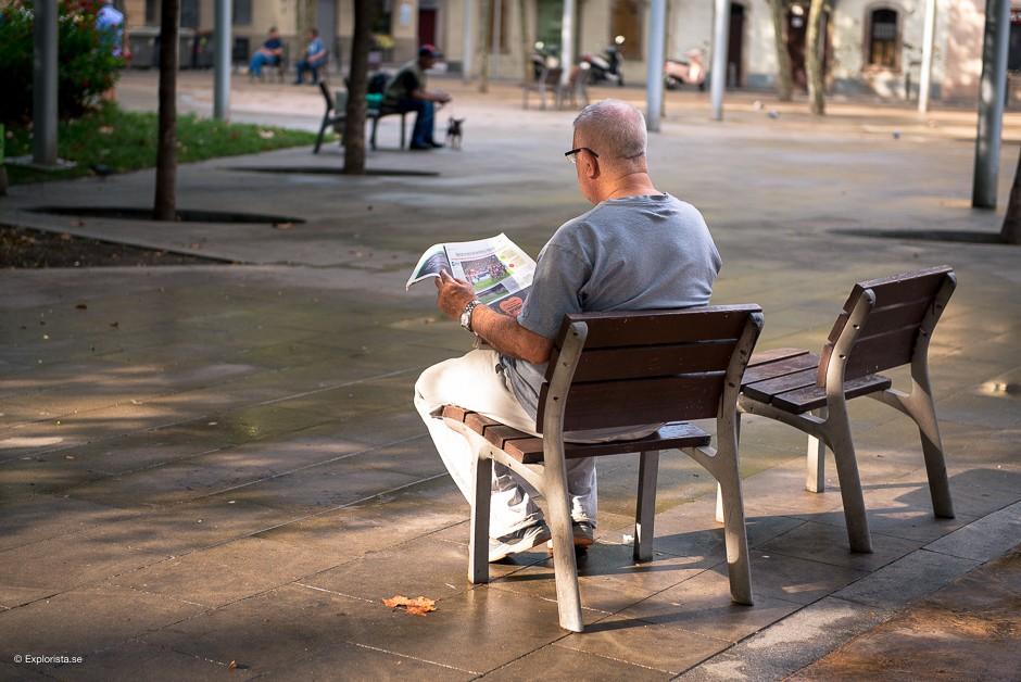 man läser tidningen