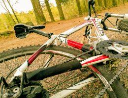 mountainbike på marken