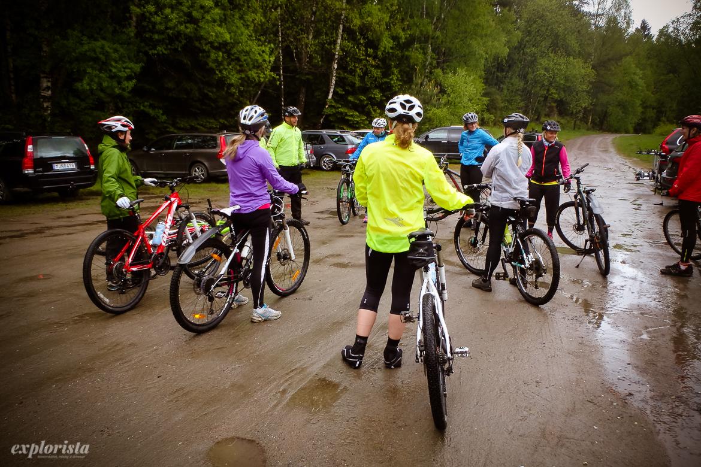 grupp med mountainbikecyklister