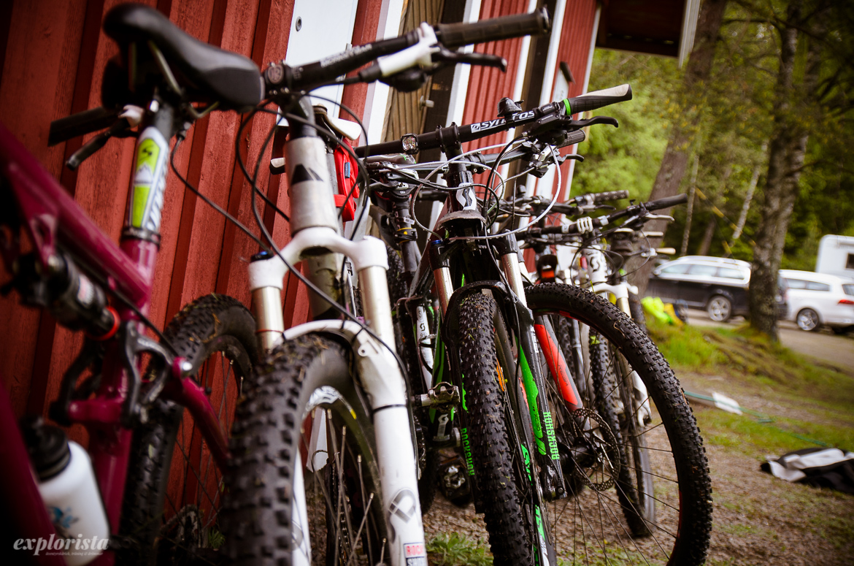 mountainbikes mot husvägg