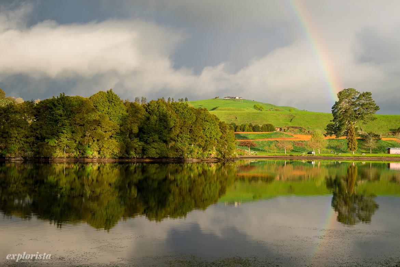 utsikt från campervan över spegelblank sjö