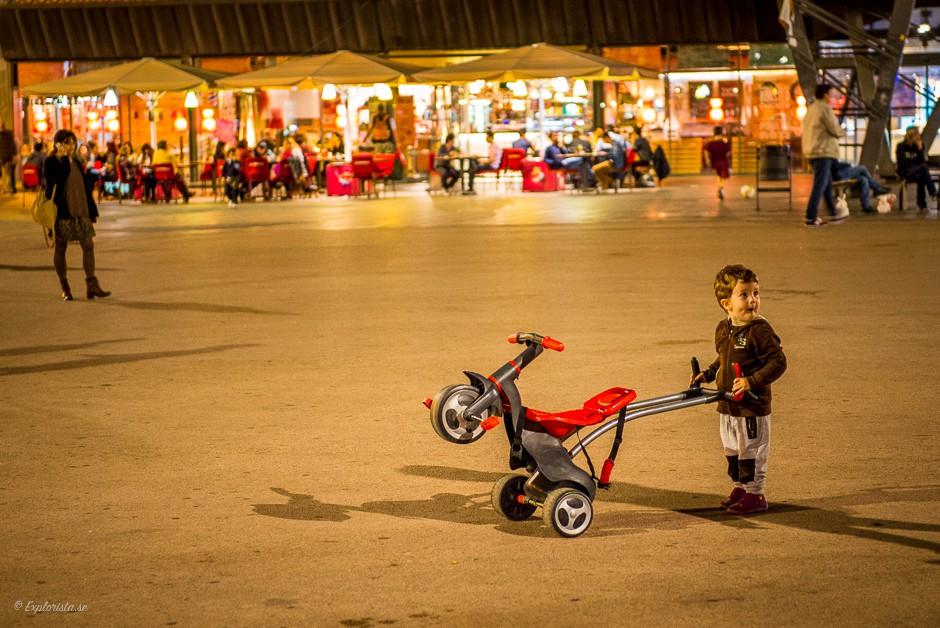 barn med leksak