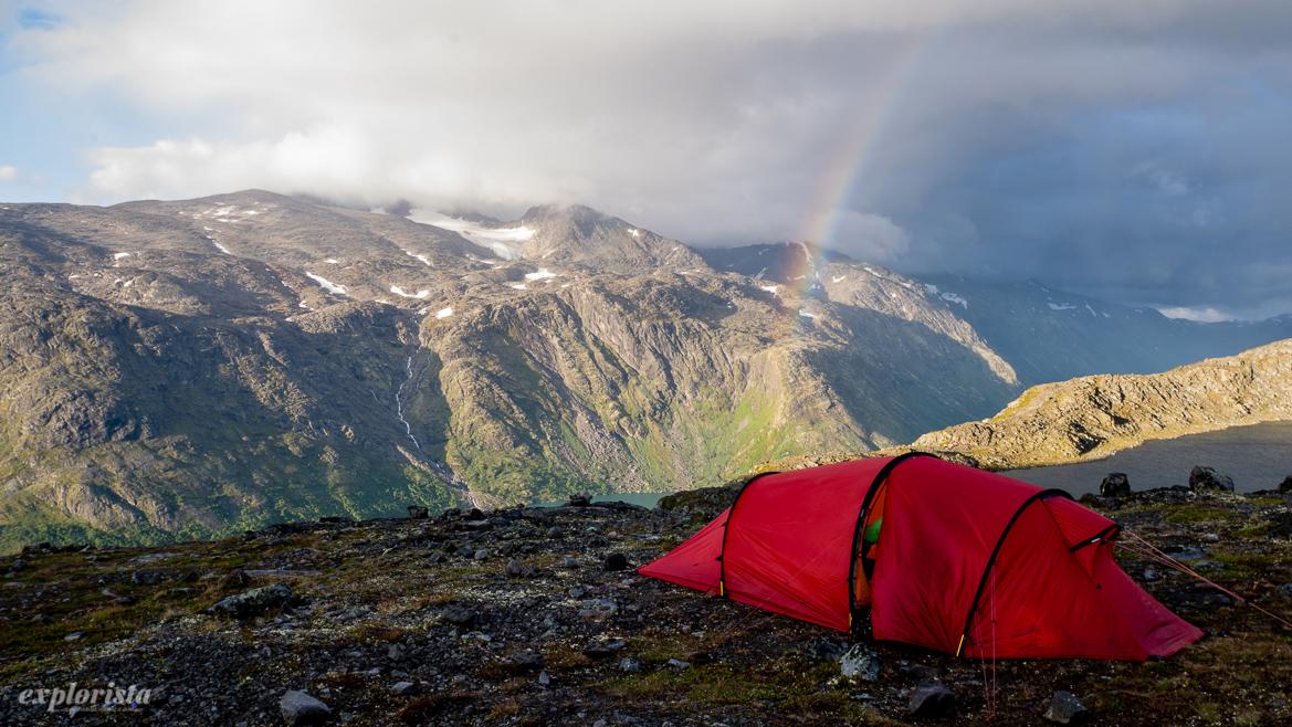 regnbåge och rött fjälltält