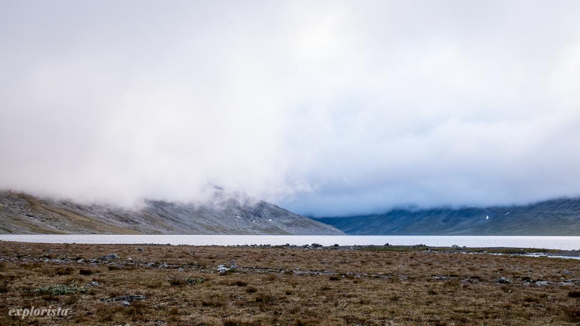 norska fjällen låga moln över sjö