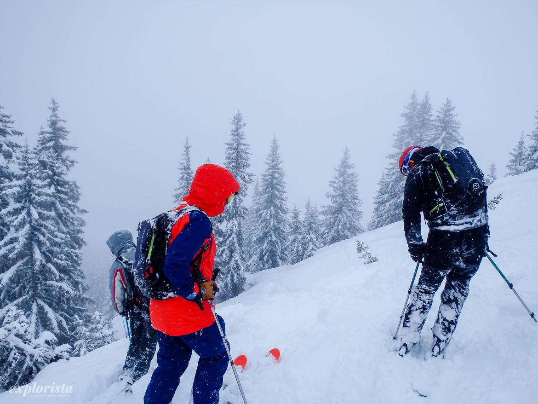 skidåkare offpist snöar
