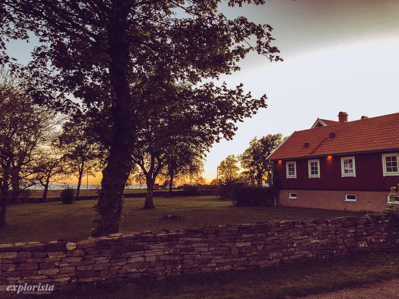 solnedgång och hus