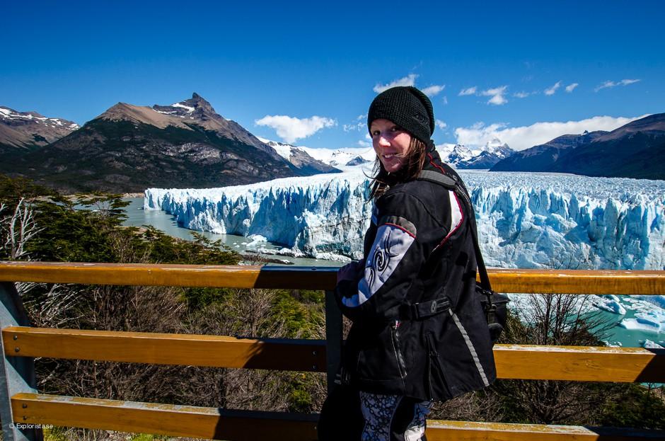 tjej framför glaciären perito moreno