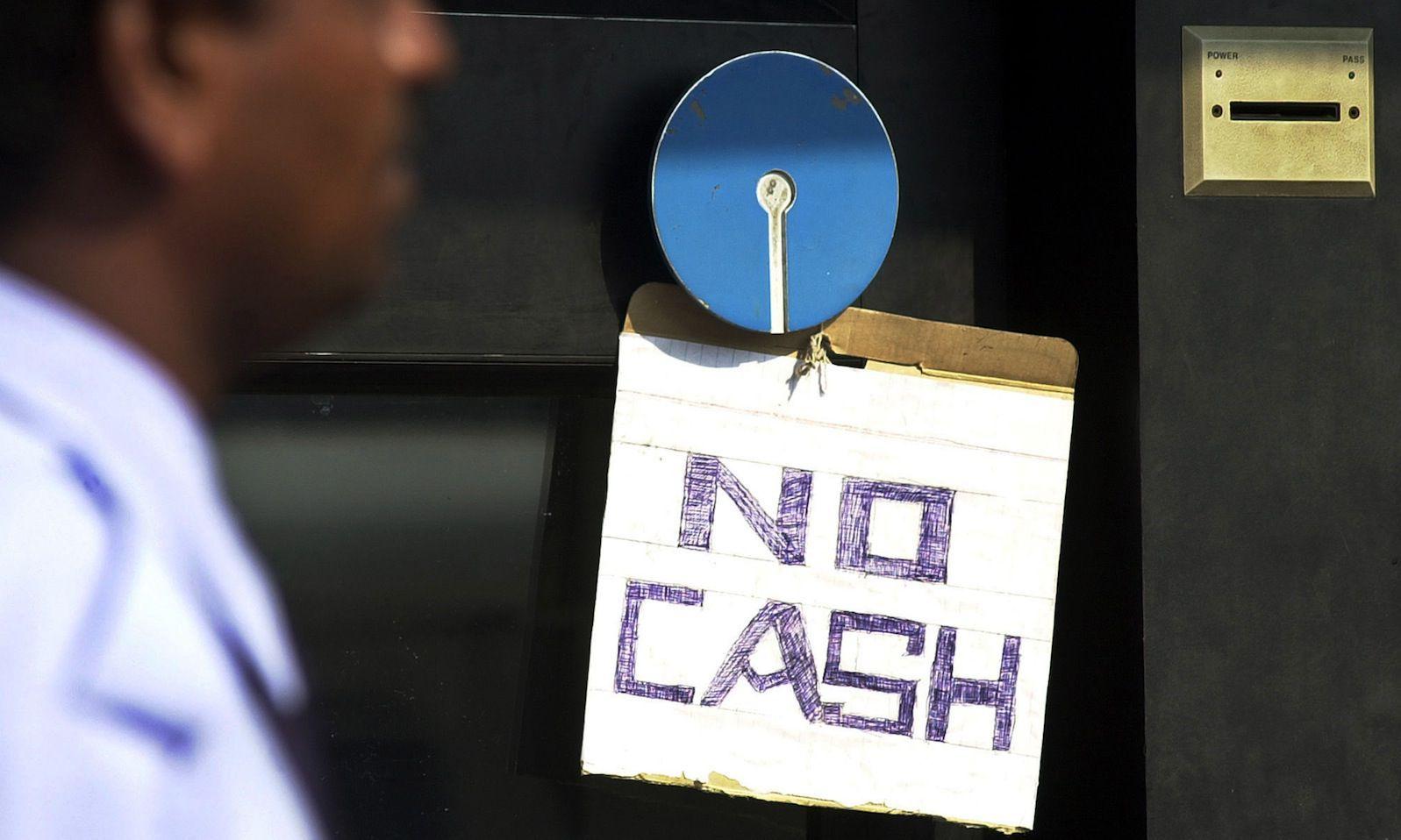 sedelkaos i indien - skylt no cash bankomat