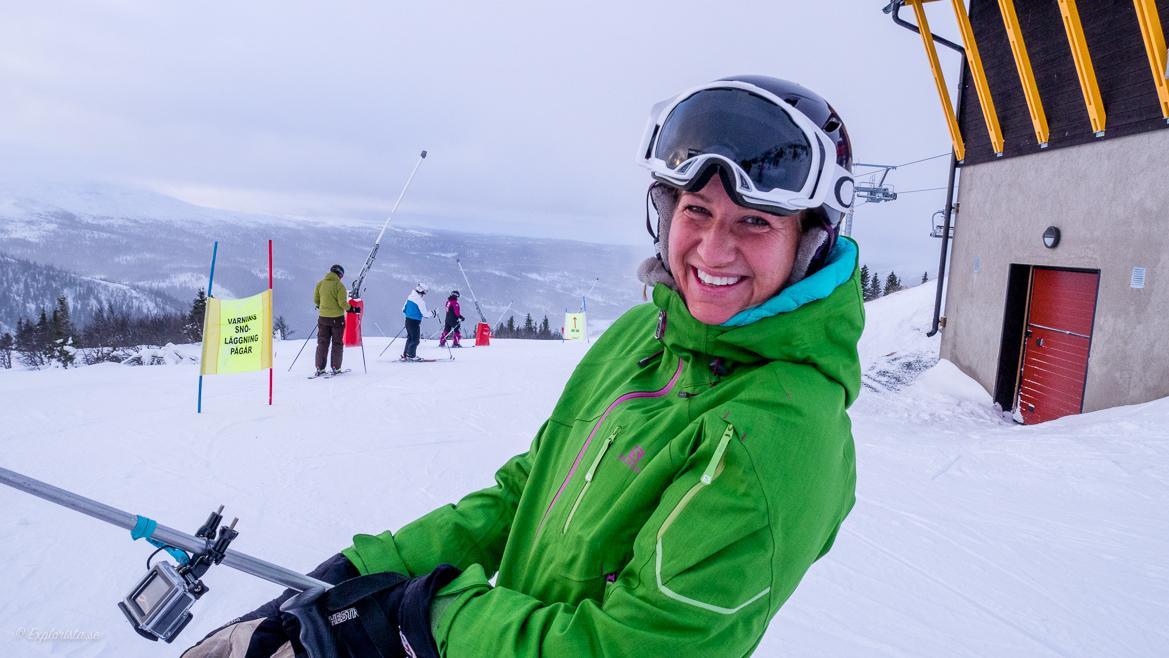 på skidor