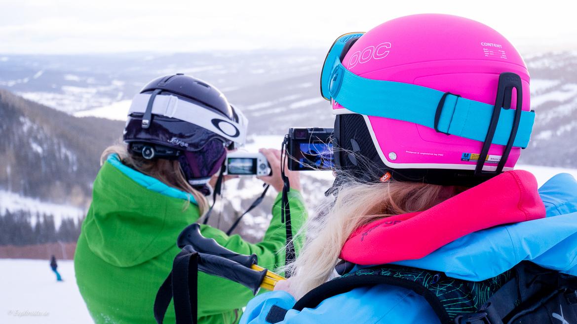 Bloggare fotograferar i skidbacken