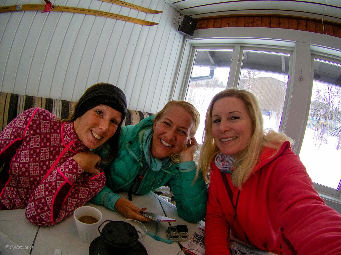 Tjejer äter lunch i skidbacken