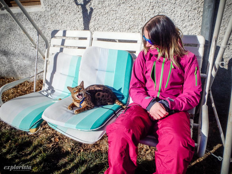 skidåkare och katt i soffa