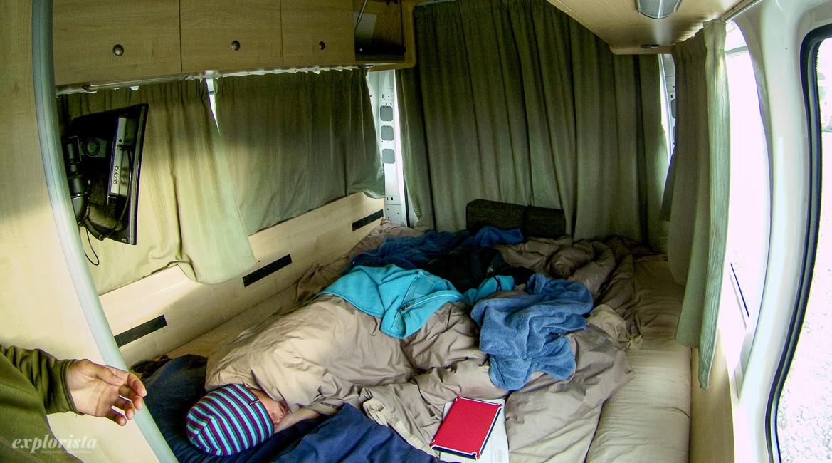 sovande tjej i husbil