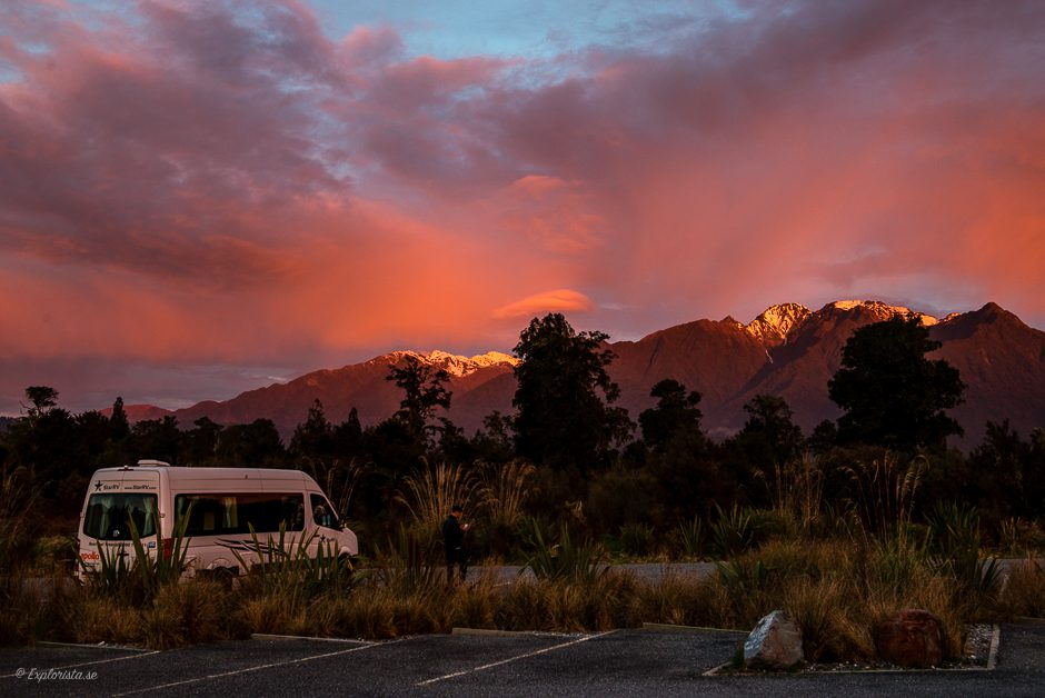 rosa solnedgång och campervan