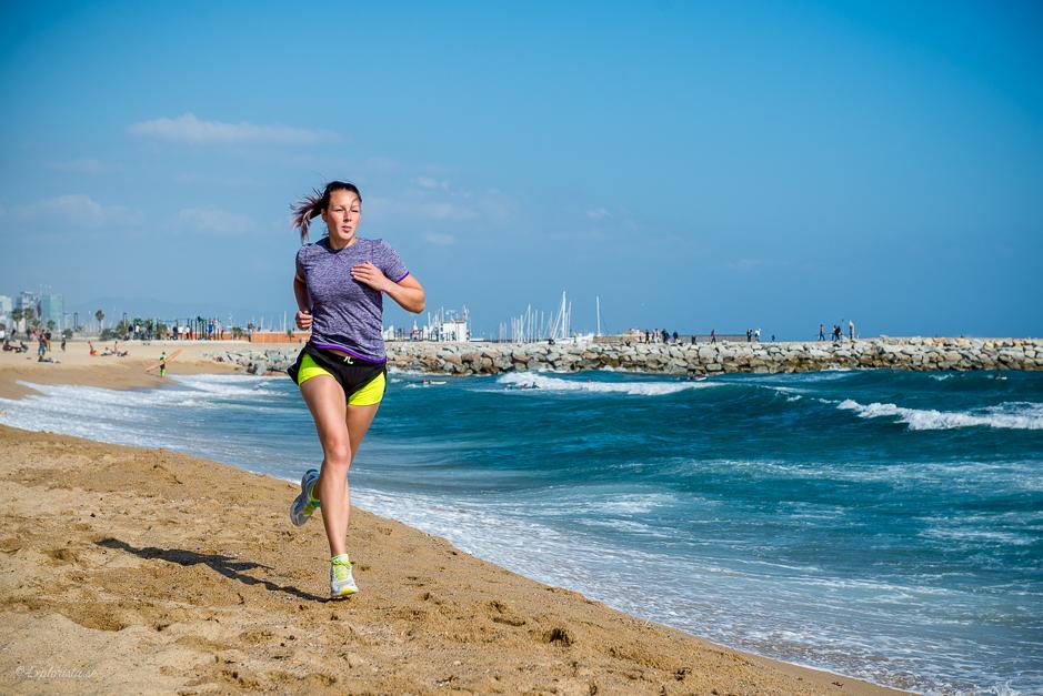 tjej löptränar på stranden