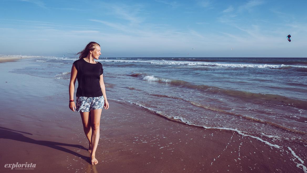 Emmi går på stranden