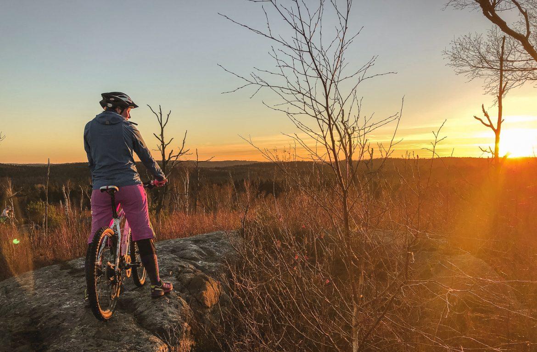 explorista tjej på mountainbike i göteborg