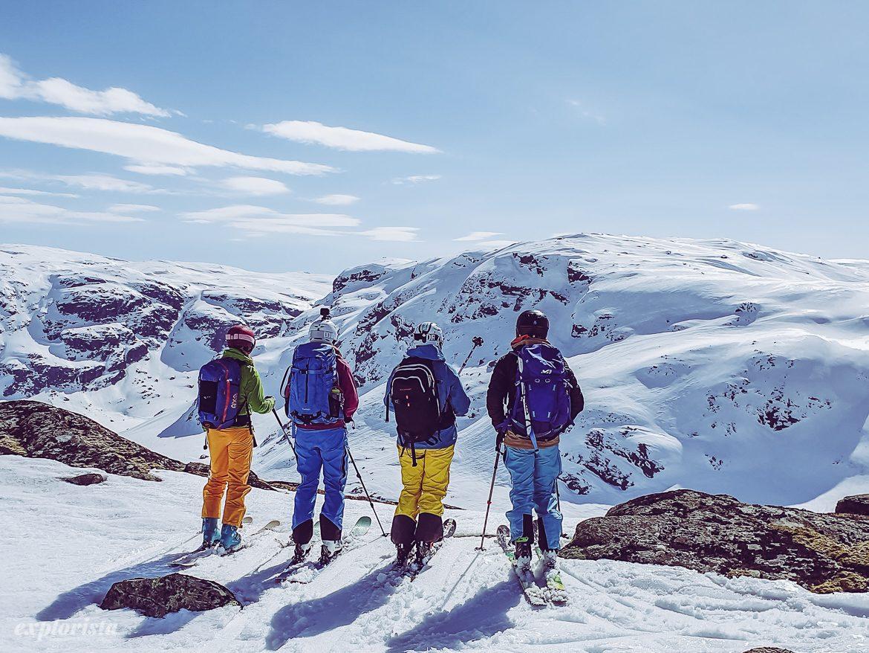Fyra toppturstjejer tittar på vägval i bergen