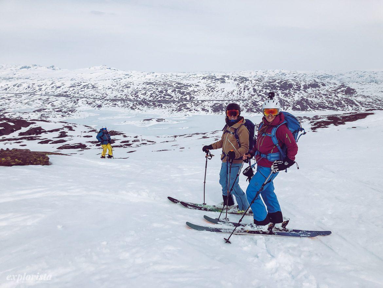 Emmi & Louise på väg ner från Kjelatind, skitouring