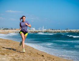 löpning längs stranden i barcelona