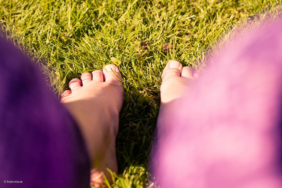 fötter i gräs