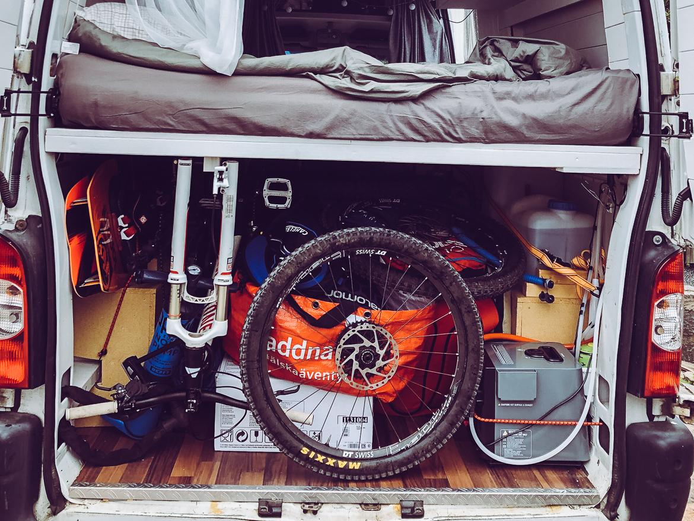 Campervan med mountainbikes och kitesurfutrustning
