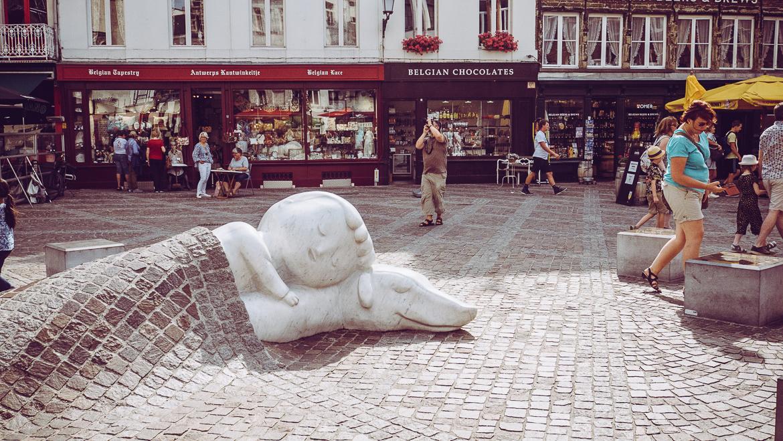 Antwerpen staty barn under stenläggnings-filt