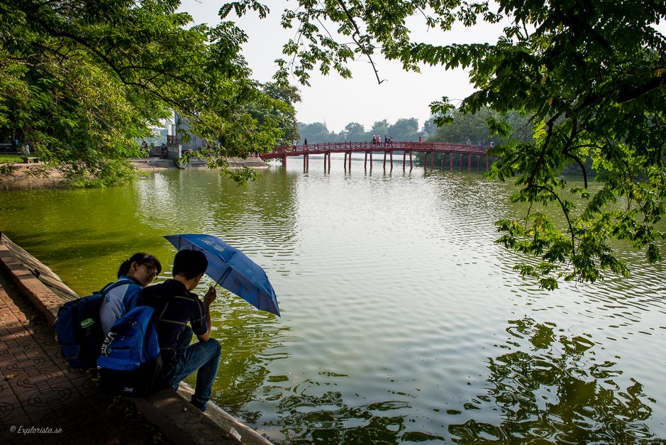 par i hanoi vid sjön