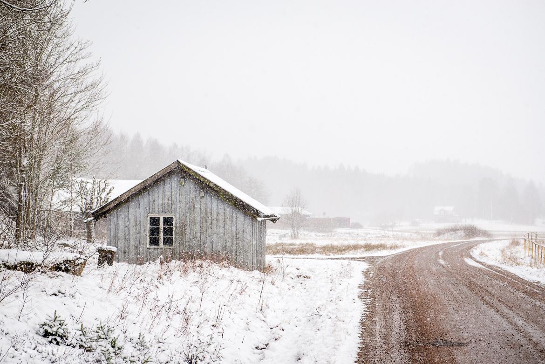 snöigt landskap & grått hus