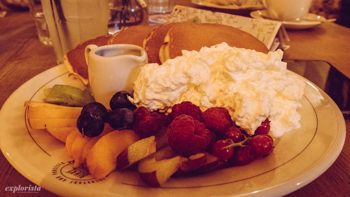pannkakor till frukost med frukt