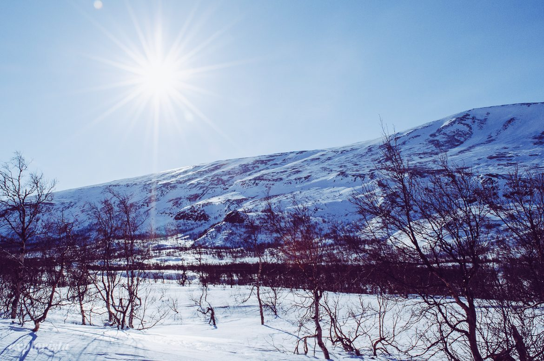 utsikt i fjällen vid Kebnekaise med sol