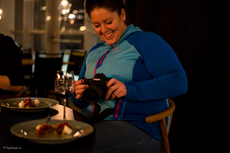 Sara Rönne fotograferar mat