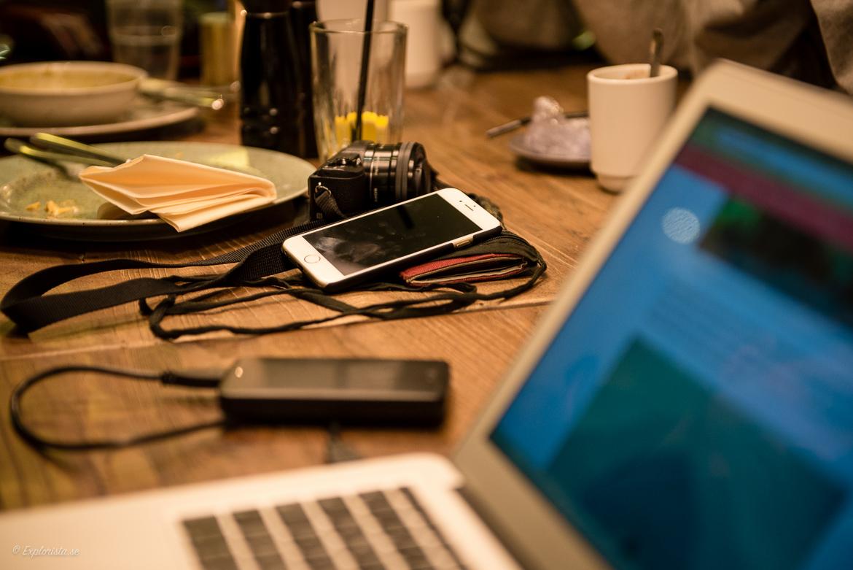 Workation - datorer, hårddiskar, mobiler & kameror på ett bord.